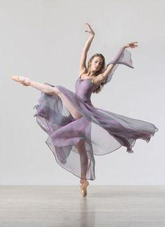 nlscentofawoman:    Lois Greenfield    Beauty in beautiful motion