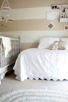 Mur rayé chambre bébé
