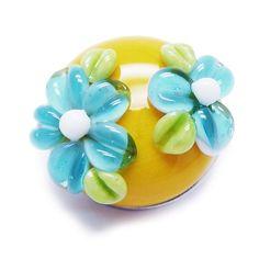 Alexiss Glas Button - gelber Druckknopf mit blauen Blüten