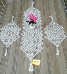 This Pin was discovered by Seh Crochet Table Mat, Crochet Table Runner Pattern, Crochet Doily Patterns, Crochet Tablecloth, Thread Crochet, Crochet Doilies, Crochet Butterfly, Crochet Flowers, Filet Crochet Charts
