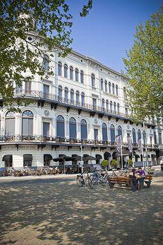 Het wereldmuseum was vroeger de herensocieteit behorend bij De Maas Roei en zeilvereniging. Dit is de reden dat het balkon om de hoek loopt, de heren konden dan met de wedstrijd meelopen.