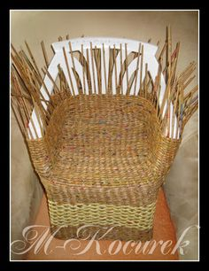 Wicker furniture made of paper, newspapers or vines Milk Crate Furniture, Wicker Furniture, Diy Furniture, Newspaper Basket, Newspaper Crafts, Willow Weaving, Basket Weaving, Tie Dye Crafts, Magazine Crafts