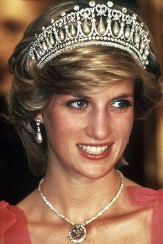 Diana  und ihr berühmter Blick. Am heutigen Freitag ist ihr 15. Todestag. Diana kam bei einem tragischen Autounfall ums Leben. Noch heute gilt sie als Ikone.