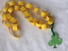 Kids can make their own paper chain shamrock necklace for St. Patrick's Day. March Crafts, St Patrick's Day Crafts, Daycare Crafts, Classroom Crafts, Preschool Crafts, Holiday Crafts, Crafts To Make, Crafts For Kids, Arts And Crafts