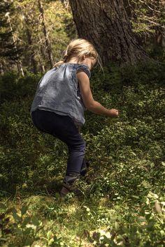 LIFEforFIVE-Wandern-mit-Kindern-Unsere Tochter beim Blaubeeren suchen.