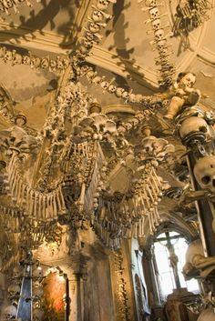 Die Knochenkirche von Sedlec, Tschechien (Foto: Getty) Mehr Scary Places:  http://www.travelbook.de/welt/Hier-spukts-13-Orte-zum-Gruseln-201264.html