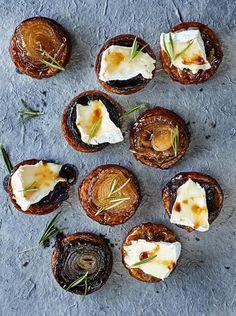 Nämä pikkupiiraat ovat oikea ranskalainen fantasia: camembertjuustolla päällystettyä karamellisipulia, voita ja rosmariinin tuoksua. Takuuvarma...