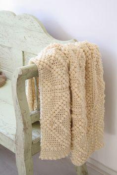 Love this crochet blanket Crochet Home, Love Crochet, Beautiful Crochet, Diy Crochet, Bobble Crochet, Knitted Afghans, Knitted Blankets, Crochet Stitches, Crochet Patterns