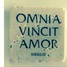"""et nos cedamus amori (lett. """"L'amore vince tutto, anche noi cediamo all'amore"""") -  Publio Virgilio Marone (Bucoliche X, 69)."""