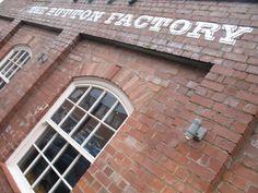 Door de goedopgeleide arbeidskrachten en  de ligging dicht bij de steenkoolgroeven van Warwickshire en Staffordshire groeide Birmingham snel. Rond 1850 was Birmingham al de op een na grootste stad van het land. Het kreeg de bijnaam 'City of a thousand trades' vanwege de enorme verscheidenheid aan goederen die werden geproduceerd (goud, zilver, juwelen, kroontjespennen, knopen, coffin works  enz.). De vele industriecomplexen maakten Birmingham wel tot een grijze, ongezonde en onvriendelijke…