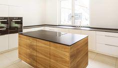 MTB-Küche in Schleiflack weiss, Kirschbaum natur, Arbeitsflächen Granit Nero Assoluto