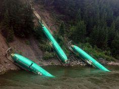 Scène unique en son genre : des fuselages d'avions Boeing gisent dans la rivière Clark Fork, près d'Alberton, dans le Montana (États-Unis), le 5 juillet 2014. Ceci ne résulte pas d'un crash collectif, mais du déraillement du train qui transportait les composants aéronautiques en vue de leur assemblage à Renton, dans l'État de Washington. L'incident n'a pas fait de blessé. (AP Photo/Wiley E. Waters Whitewater Rafting, Brock Sarbeck)