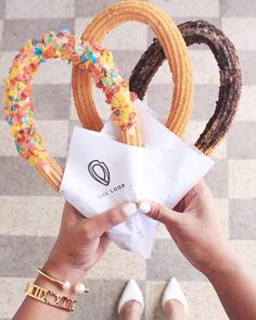 We fall for the loop On craque pour les loop churros ! We fall for the loop churros! Bakery Recipes, Dessert Recipes, Dinner Recipes, The Loop Churros, Cookies Oreo, Boutique Patisserie, Delicious Desserts, Yummy Food, Ice Cream Candy
