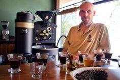 Auf dem Gelände der Gästefarm Onduruquea nahe des Erongo Gebirges in Namibia befindet sich auch die Kaffeerösterei von Robert Sibold, dem Gründer der Rösterei Namibian Coffee Roasters, und so zieht von Zeit zu Zeit der Duft frisch gerösteten Kaffees in die hübschen Farmhäuser.   © Foto: Namibian Coffee Roasters