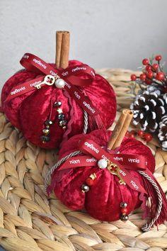 Μπορντο βελουτε κολοκυθα Christmas Ornaments, Holiday Decor, Home Decor, Decoration Home, Room Decor, Christmas Jewelry, Christmas Decorations, Home Interior Design, Christmas Decor