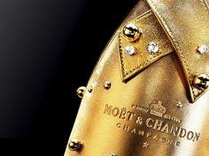 The Midnight Gold case is a case designed specifically to chill bottles of Moët & Chandon and is made of lambskin covered with gold, swarovski crystals and gilded pearls Expensive Champagne, Gold Bottles, Sparkling Drinks, Cocktails, Veuve Clicquot, Moet Chandon, Luxe Life, Camille, Gold Rush