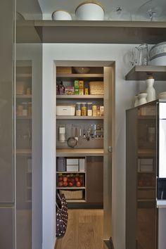 Küche mit kleiner Speisekammer