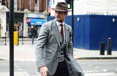 O cúmulo da elegância: colete + blazer + chapéu + sobretudo. Demais!