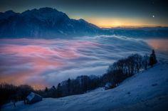 La Luna creciente y Venus resplandecen sobre las luces de la aldea de Trübbach, Suiza, cubierta por un espeso manto de nubes. Fotografía de David Kaplan para la NASA.