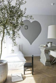 graues herz an der wand - eine gute idee für wand streichen im schlafzimmer - 62 kreative Wände streichen Ideen – interessante Techniken