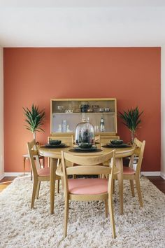 If you are looking for Mid Century Dining Room Design Ideas, You come to the right place. Below are the Mid Century Dining Room Design Ideas. Dining Room Table Decor, Dining Room Colors, Dining Room Walls, Dining Room Design, Living Room Decor, Dinning Chairs, Orange Dining Room, Kitchen Colors, Mid Century Modern Dining Room
