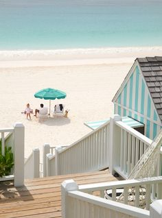 Beach-y perfection! Jeff McNamara Photography via House of Turquoise