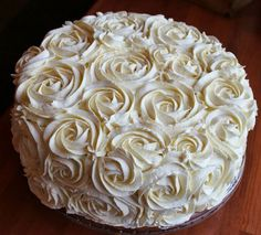 Cake with rose piping Raw Food Recipes, Dessert Recipes, Desserts, Smoothie Bowl, Smoothies, How To Pipe Roses, Raw Cake, Raw Chocolate, Kermit