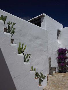 Can Vingut // Blakstad Ibiza style houses - casas ibicencas Mediterranean Architecture, Mediterranean Homes, Exterior Design, Interior And Exterior, Hotel Am Meer, Outdoor Spaces, Outdoor Living, Adobe House, Desert Homes