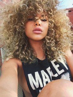 Quem disse que cabelo afro não pode ser loiro e lindo? Que esse sirva de exemplo; arrasou
