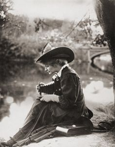 vintage everyday: Pioneering Female Photographers – Interesting Portraits of Victorian Women Behind Their Cameras Vintage Pictures, Vintage Images, Mode Vintage, Vintage Ladies, Kodak Camera, Photo Vintage, Victorian Women, Edwardian Era, Edwardian Fashion