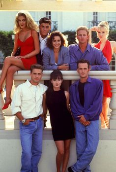 A gallery of Beverly Hills, 90210 publicity stills and other photos. Featuring Shannen Doherty, Luke Perry, Jason Priestley, Jennie Garth and others. 1990 Style, Style Année 90, Trendy Style, Jennie Garth, Beverly Hills 90210, 1990s Fashion Trends, 1990s Mens Fashion, Fashion 2018, Fashion Fashion