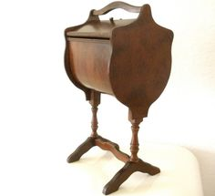 I have this except with short legs ~ Vintage+Sewing+Box+Colonial+Style+by+rippleandplum+on+Etsy Love Vintage, Vintage Sewing Notions, Antique Sewing Machines, Vintage Tools, Vintage Sewing Patterns, Sewing Equipment, Sewing Baskets, Craft Accessories, Sewing Rooms