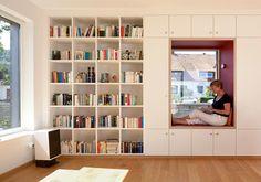 Libreria a tutto tondo: un arredo dove conservare e ordinare i libri ma anche, grazie alla nicchia che si apre in questo arredo a tutta parete, un luogo dove leggerli i libri.VISITA LA CASA