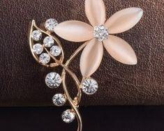 Luxusná zlatá brošňa v tvare kvetiny s kryštálikmi1