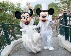 Elegant Minnie and Mickey - seen here at Disneyland Hong Kong Walt Disney, Disney Love, Disney Magic, Disney Mickey, Disney Pixar, Disney Parks, Mickey Mouse And Friends, Mickey Minnie Mouse, Disney Dream