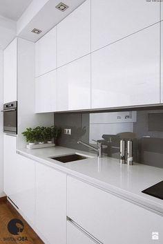 Échantillons de cuisine gris blanc Les cuisines grises et blanches sont un excellent exemple de décoration de cuisine pour ceux qui veulent une élégance simple et qui veulent tirer l... DECORATION DE LA CHAMBERS