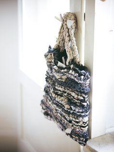 burda style 06/2011 - Upcycling: Tasche Aus Reststoffe, die in lange Streifen gerissen wurden. Foto: Adriano Brusaferri