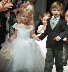 A daminha com um lindo vestidinho todo branco estilo princesa e o pajem com a calça risca de gis ficou perfeitoooo. A CONCEITO EVENTOS amou e vc???