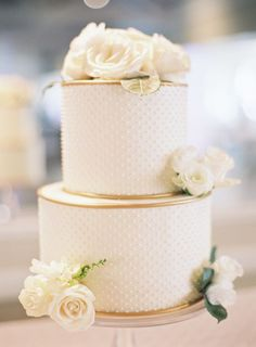 Pastel de boda en blanco con perlas
