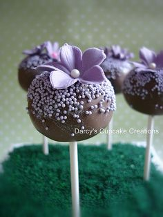 purple flower cake pops rich chocolate cake with chocolate buttercream and covered in chocolate. Decorated with sugar flower and non-pareils. Pretty Cakes, Cute Cakes, Beautiful Cakes, Yummy Cakes, Purple Cake Pops, Flower Cake Pops, Flower Cakes, Cakepops, Cake Truffles