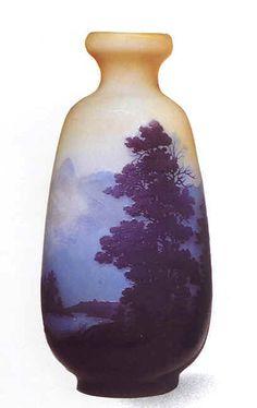 Emile Gallé. Vase en verre soufflé 1900 avec paysage de lac. Vase d'une série produite avant et après la mort de Gallé.