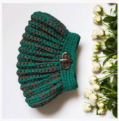 Como eu valorizo a mão de obra das incríveis artesãs brasileiras! Mulheres, que além de mães, chefes de familia e donas de casa, ainda são prendadas no último grau!        A CATARINA MINA é uma marca de bolsas de crochet, que além de fazer uma moda linda, abre para Crochet Pouch, Free Crochet, Knit Crochet, Crochet World, Crochet Handbags, Crochet Purses, Cluch Bag, Pinterest Crochet, Diy Clutch
