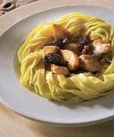 Nidos de tallarines con pollo de corral, colmenillas y foie #cuisine #recipes