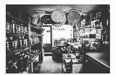Namaste les Sucrées 🍓 ➰La tête dans les Olives ➰Le restaurant qui n'a qu'une table  Casanova en personne habite cette petite boutique verte. Il est brun, sicilien et se prénomme Cédric. Sur les étagères aux accents insulaires, ses bouteilles d'huile d'olives sont protégées par une statuette de la Madone. Au milieu de la salle, une seule et unique table où s'entrechoquent olives Charnues, câpres aux zestes d'orange, rouleaux de carottes à la menthe et au pecorino, et autres merveilles à la…