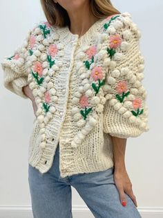 Floral Cardigan, Sweater Cardigan, Denim Cutoffs, Cardigan Fashion, Fashion Branding, Crochet Clothes, Knitwear, Knitting, How To Wear