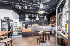 Und auch unterhalb der kunstvollen Decke kann sich die Einrichtung des Café Freund mehr als sehen lassen.