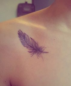 Shoulder collar bone feather tattoo ideas for women - epaule femme plume tatouage - mybodiart. Best Tattoos For Women, Trendy Tattoos, Cute Tattoos, New Tattoos, Small Tattoos, Tasteful Tattoos, Diy Tattoo, Quill Tattoo, Tattoo You