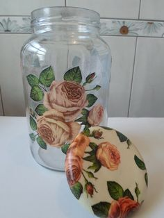 como fazer decoupage no vidrovidros Decopag em Decoupage Vintage, Decoupage Jars, Diy Bottle, Bottle Art, Bottle Crafts, Painted Vases, Painted Mason Jars, Jar Art, Diy Décoration