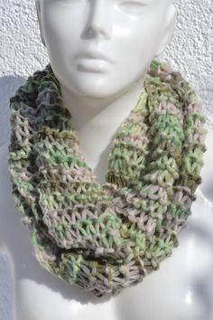 gestrickt - Loop Schlauchschal Schal grün beige meliert - ein Designerstück von…