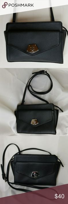 """Nine West Crossbody New crossbody Nine West logo Clean living Crossbody Bag Peek a boo sides. Practical and Chic Front envelope pocket with magnet  Zipper closure  Inside is a 1 side zipper pocket Length 11"""" Depth is 6 1/2"""" Nine West Bags Crossbody Bags"""